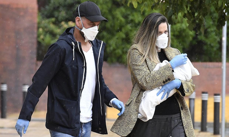 Con mascarillas y guantes, Lorena Gómez y René Ramos acuden a una revisión de su bebé