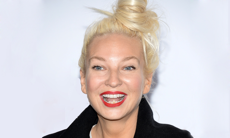 Sia adoptó a dos adolescentes que iban a quedar desamparados