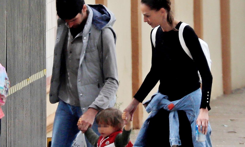 ¡Sin soltarse de la mano! El paseo más familiar de Eva González y Cayetano Rivera con su hijo