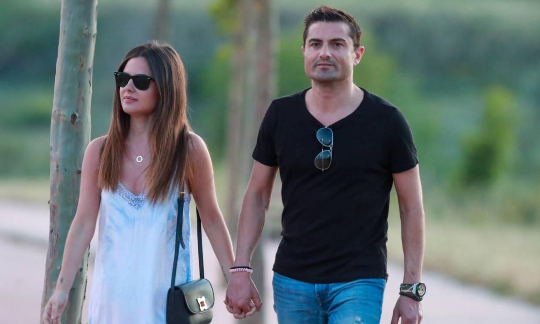 Relajados y cogidos de la mano: Alfonso Merlos y Alexia Rivas presumen de su amor en el parque