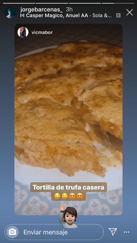Victoria Federica mostrando la tortilla hecha por Jorge Bárcenas