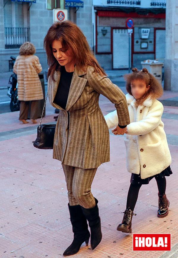Monica Cruz con su hija
