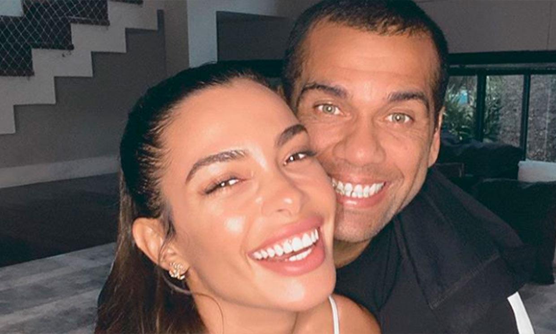 Dani Alves cambia el balón por las brochas para maquillar a Joana Sanz