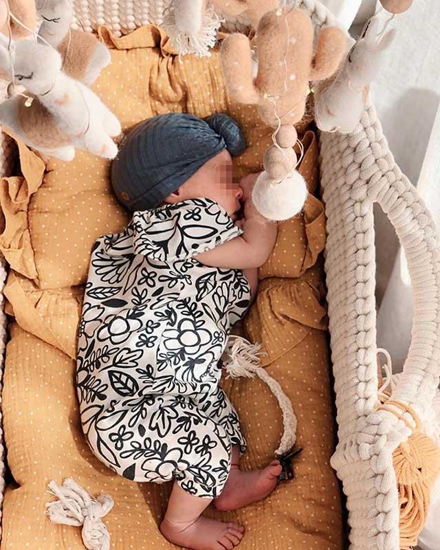 Camila, la hija de Elena Tablada y Javier Ungría, descansando en su moisés