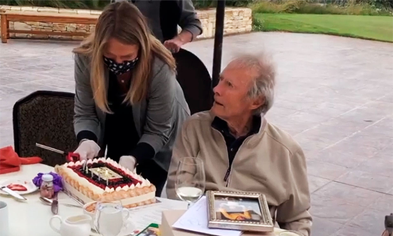 Clint Eastwood sopla 90 velas en familia... y su comentario al ver la tarta no tiene desperdicio