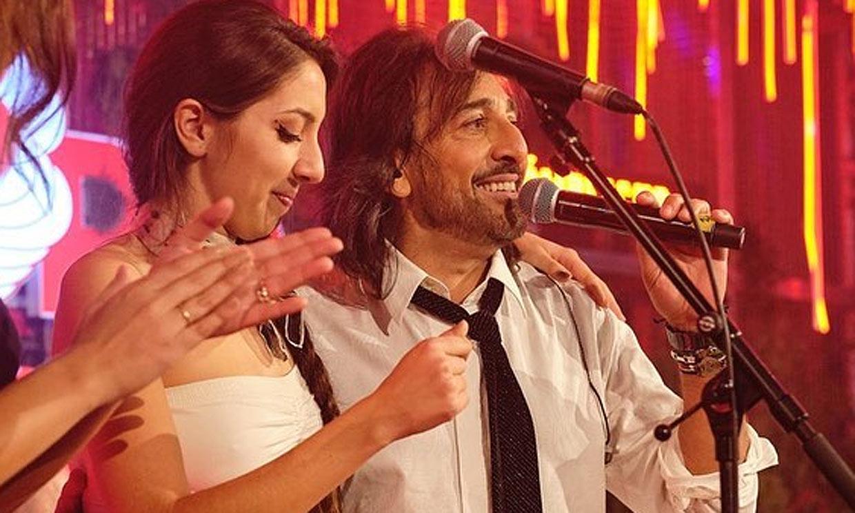 Antonio Carmona presume de sus dos hijas artistas y presenta en directo el videoclip de una de ellas