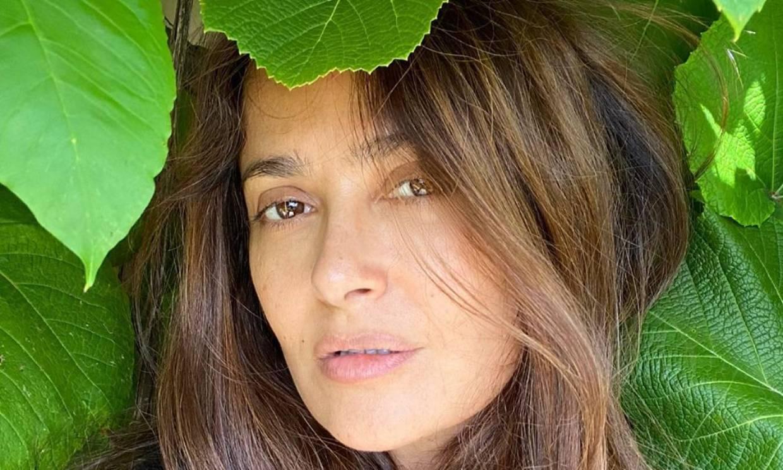 Salma Hayek muestra el llamativo 'antes y después' de teñirse las canas en cuarentena