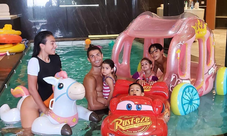Hinchables, saltos, bailes: Los divertidos juegos de las celebrities y sus hijos en la piscina