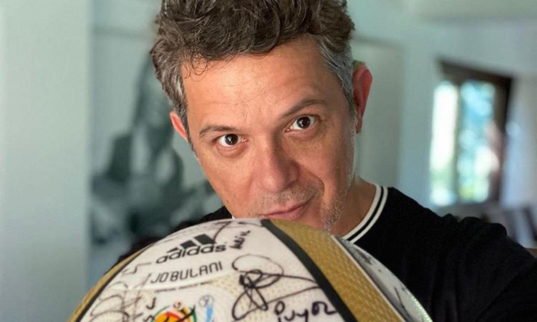 Alejandro Sanz muestra orgulloso el balón del Mundial de Sudáfrica que le regaló Iker Casillas