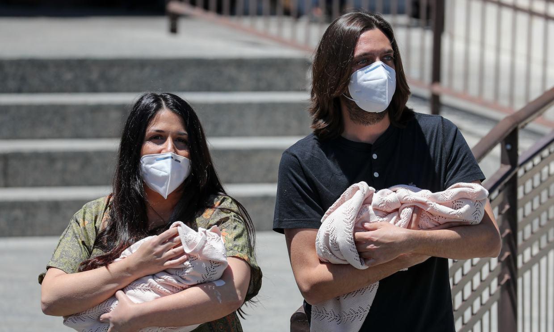 Sara Verdasco y Juan Carmona salen del hospital con sus hijas Carmen y Valentina