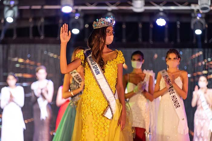 Ana García posa con la corona de Miss Mundo España