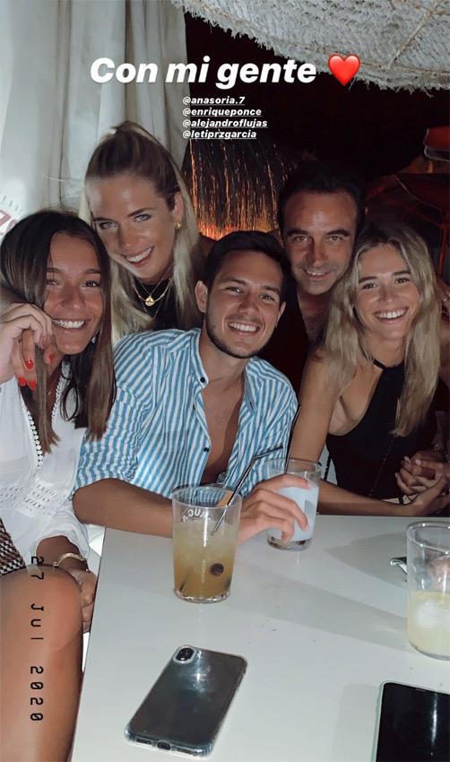 Enrique Ponce y Ana Soria con amigos