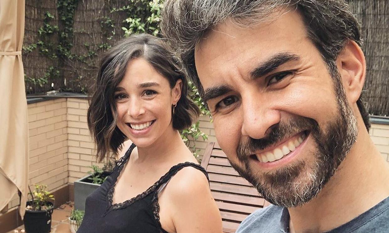 Daniel Muriel vuelve a casa con Candela Serrat y su hija recién nacida
