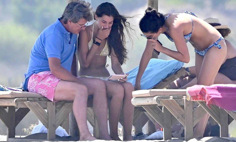 Cayetano Martínez de Irujo, de vacaciones en Cádiz con las dos mujeres de su vida