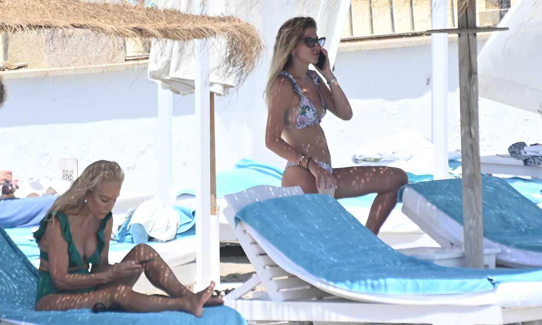 Mar Torres y Carmen Lomanta, juntas pero no revueltas en un día de playa en Marbella