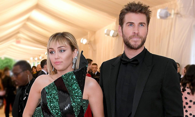 Las opiniones tan dispares de Liam Hemsworth y Miley Cyrus un año después de su separación