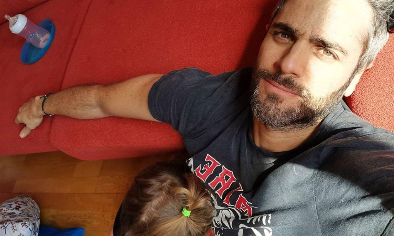 Cantando y con camisetas a juego: la euforia de Roberto Leal y su hija tras la victoria del Sevilla FC