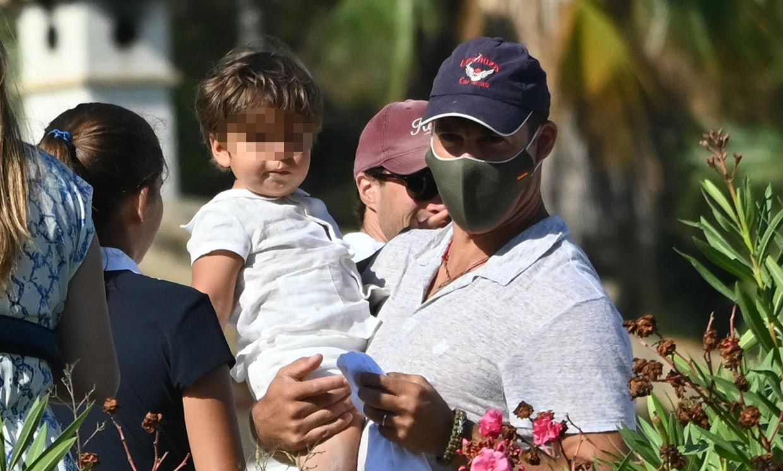 Luis Alfonso de Borbón y Margarita Vargas, con el brazo en cabestrillo, de vacaciones con sus hijos en Sotogrande