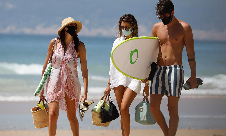 Paz Padilla vuelve a sonreír con su hija y su yerno en las playas de Cádiz