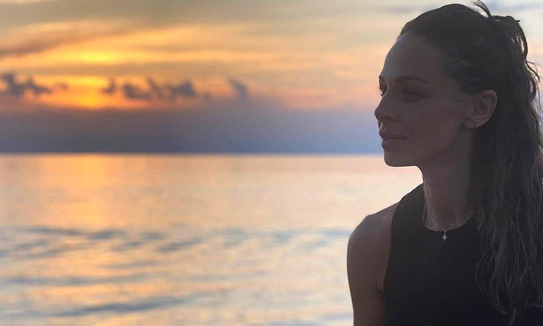 Eva González despide el verano con un baño al atardecer y Cayetano Rivera como fotógrafo de excepción