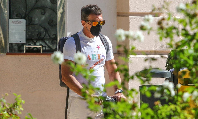 Antonio Banderas, en patinete y muy recuperado: 'No he sido asintomático. He tenido fiebre, pero ya me encuentro muy bien'
