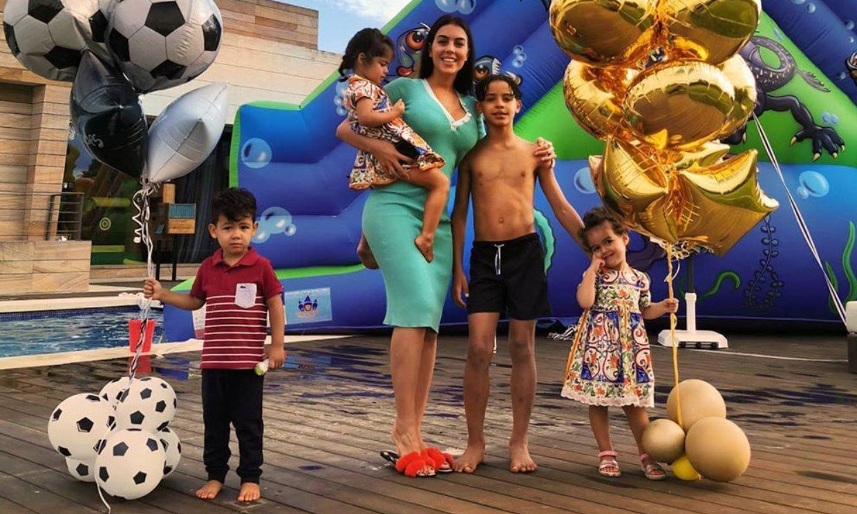 Georgina Rodríguez presenta a sus 'nietos' en una divertida tarde de juegos con los niños