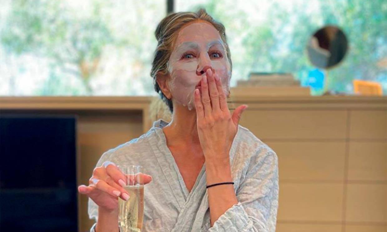 Champán y 'la otra mascarilla', así se preparó Jennifer Aniston para la noche de los Emmy