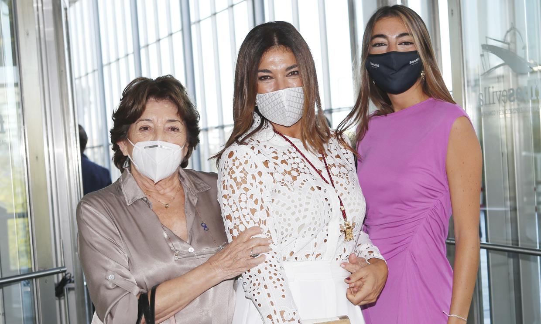 Sus tres hijos, su novio, sus padres... Raquel Revuelta presume de familia al recibir la Medalla de Sevilla
