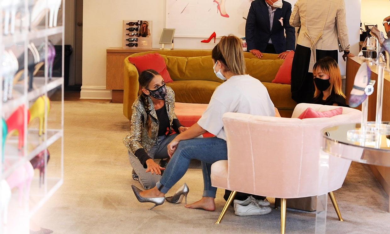 Si entras en la tienda de zapatos de Sarah Jessica Parker... ¡ella misma te atiende!