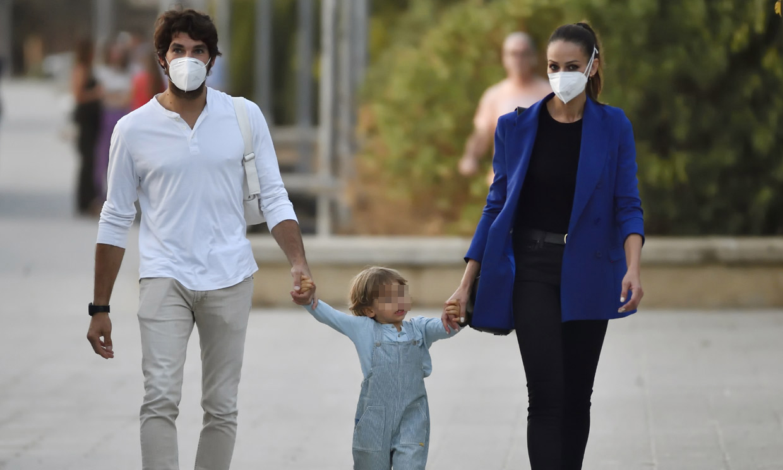 Excursión familiar al acuario: Eva González y Cayetano Rivera se divierten con su hijo