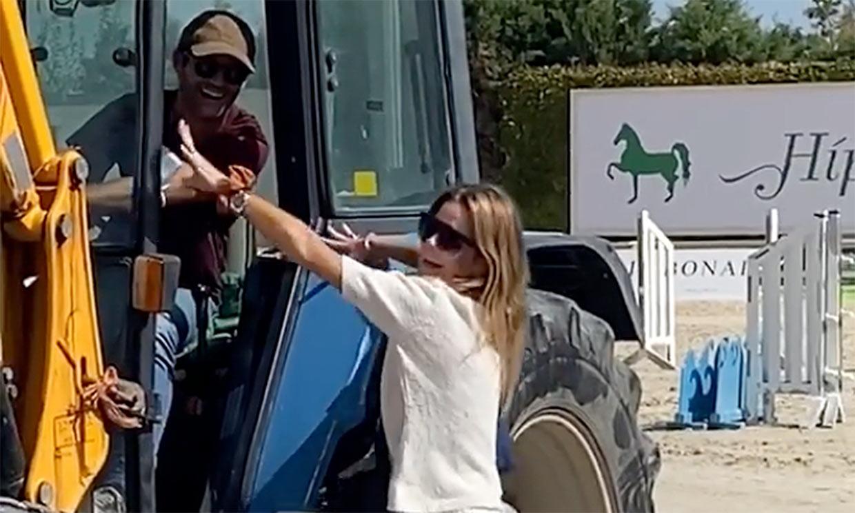 La entrada estelar de Amelia Bono a la hípica con tacones y… ¡en tractor!