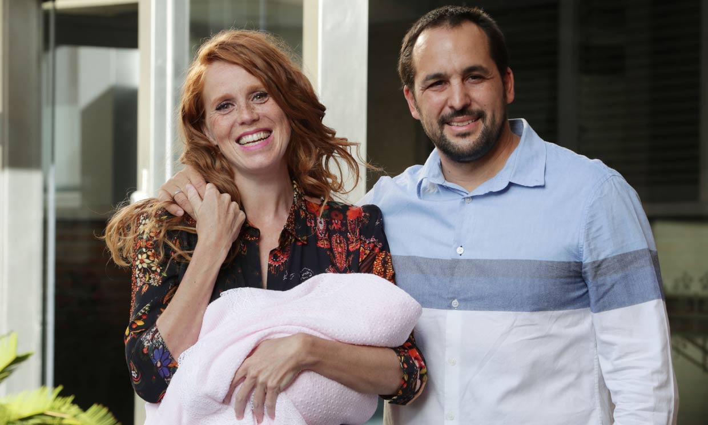 María Castro presenta a su segunda hija, Olivia, dos días después de su nacimiento