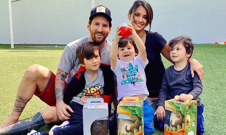¡Es un peluche! Las fotos más divertidas y simpáticas de los hijos de Messi para presentar a su perro