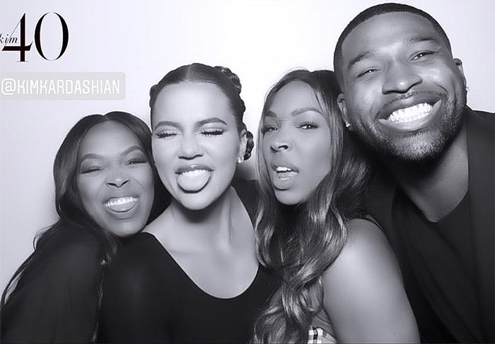 Khloé Kardashian con Tristan Thompson y sus amigas