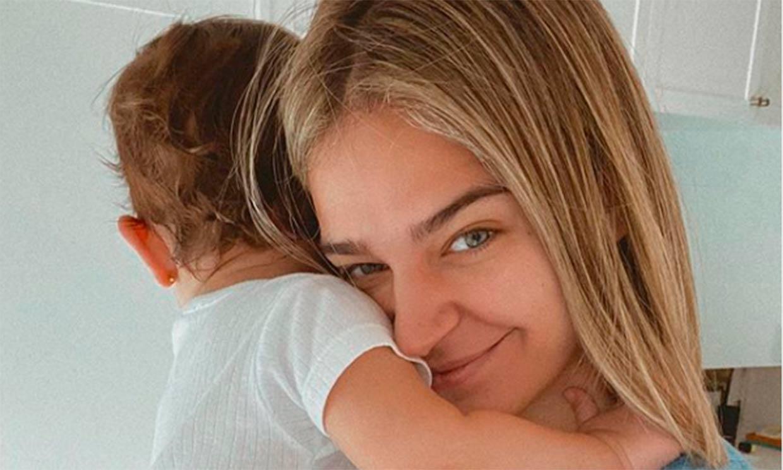 Pasito a pasito: Laura Escanes muestra, orgullosa, cómo camina su hija Roma