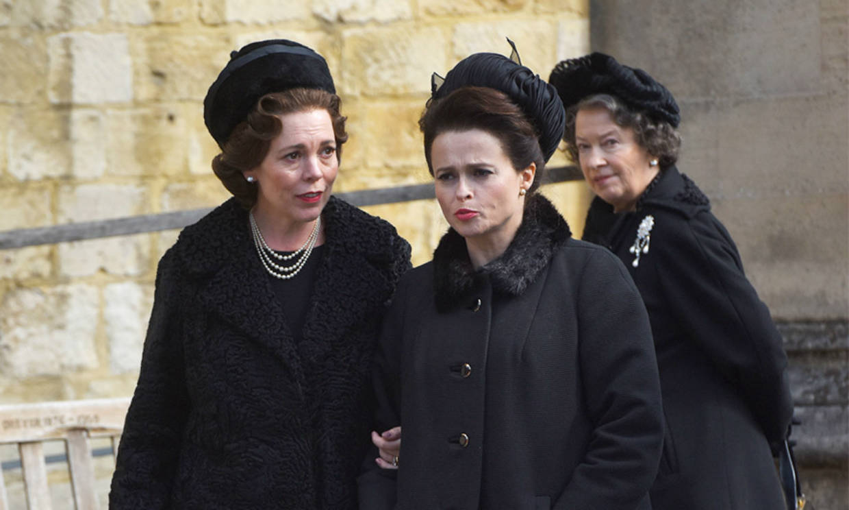 Olivia Colman y Helena Bonham Carter montan su 'photocall' en casa para el estreno de 'The Crown'