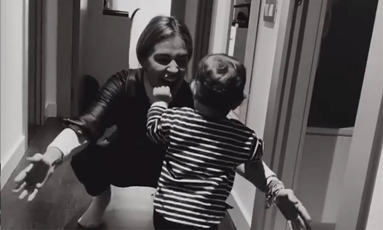 Roma, la hija de Laura Escanes, de gatear a corretear por los pasillos