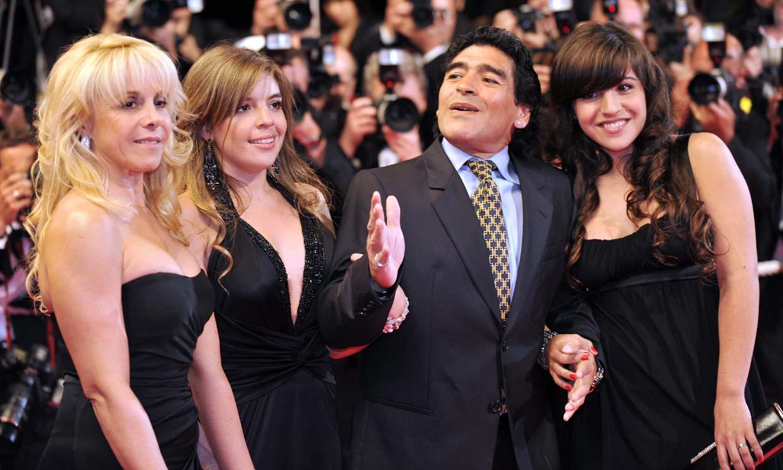 Cinco hijos reconocidos y varias parejas rotas: la historia familiar de Maradona