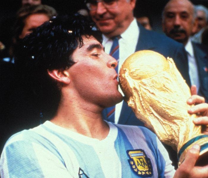 Maradona con la Copa del Mundo