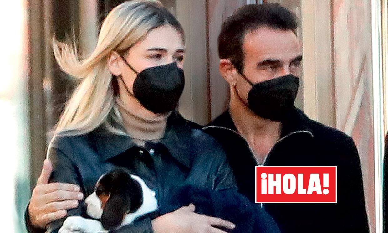 Exclusiva en ¡HOLA!, Enrique Ponce y Ana Soria reaparecen tras los rumores de crisis con gesto serio y su nueva mascota