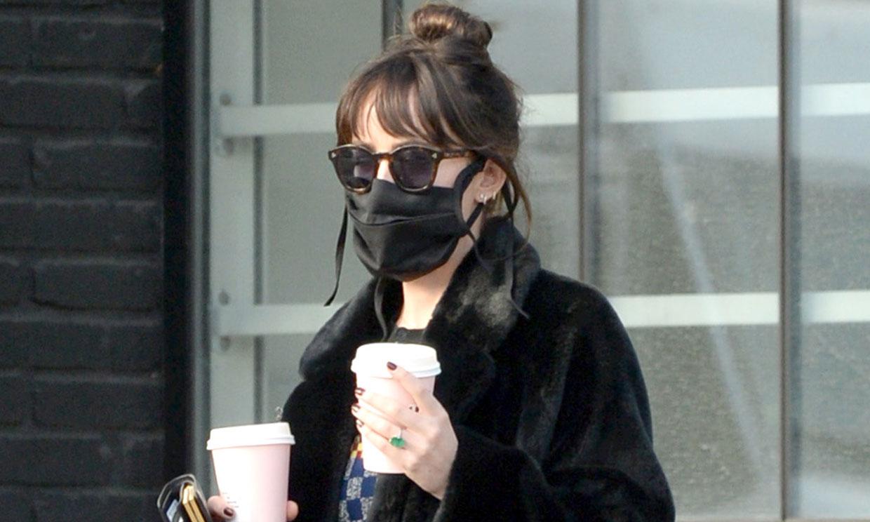 Dakota Johnson y el fabuloso anillo que ha despertado los rumores de compromiso con Chris Martin