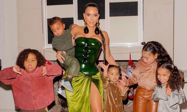 La Navidad más fastuosa de Kim Kardashian luciendo unas joyas impresionantes y un corsé tipo Batman