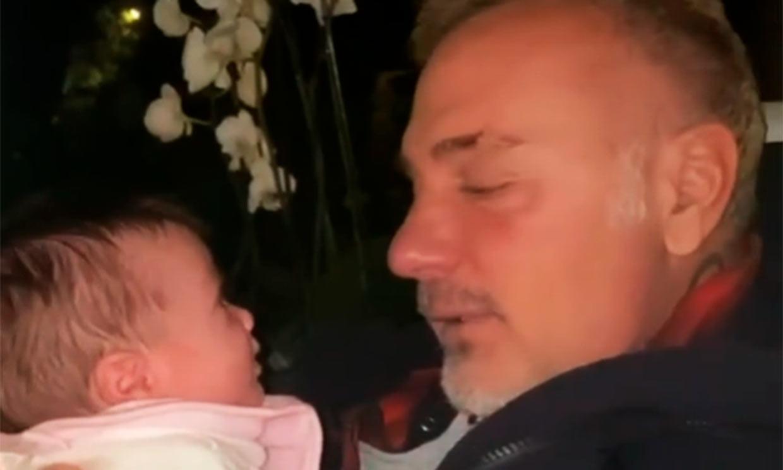 Dando besos a su hija o cantando para ella: Gianluca Vacchi y Sharon Fonseca muestran su 'camino más dulce'