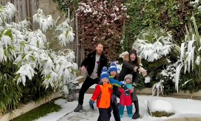 ¡Todos contra papá! La guerra de bolas de nieve de los hijos de Pilar Rubio y Sergio Ramos