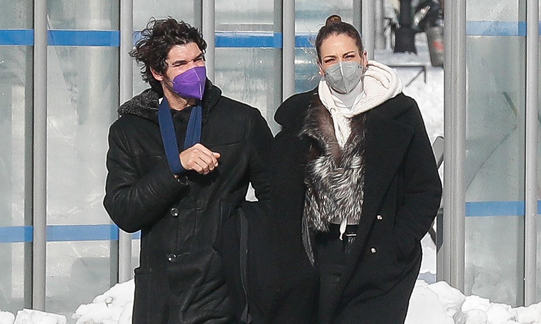 Cayetano Rivera, con cabestrillo, disfruta de una tarde de nieve, café y 'selfies' con Eva González