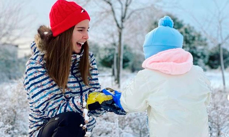 Natalia Sánchez muestra, emocionada, la primera vez de su hija en la nieve con un improvisado trineo