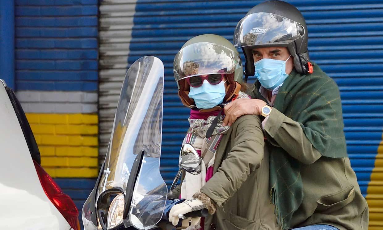 ¡Amor sobre ruedas! Mario Conde y Adriana Torres Silva recorren en moto las calles de Sevilla