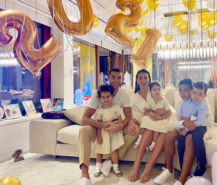 Georgina Rodríguez y Cristiano Ronaldo con sus hijos