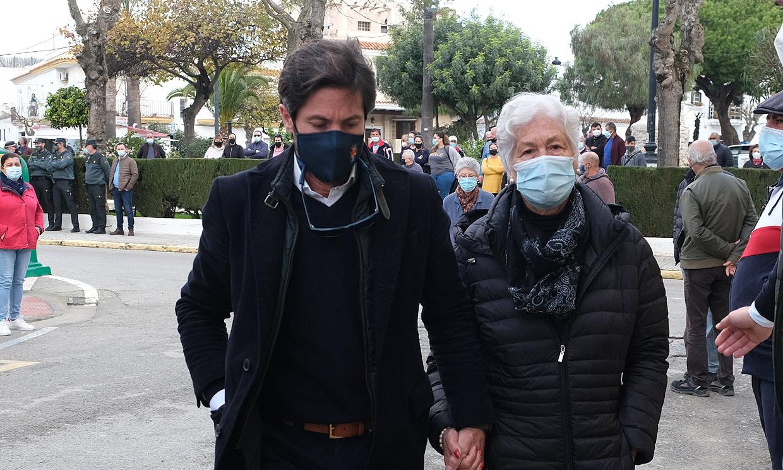 Teresa Rivera, arropada por su hijo, José Antonio Canales, en el último adiós a Riverita