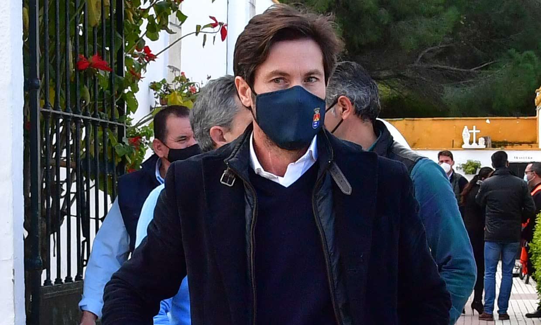 José Antonio Canales Rivera despide a su tío Riverita acompañado por su exnovia